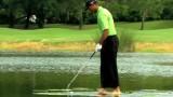 Tiger Woods odpaluje z vodní hladiny