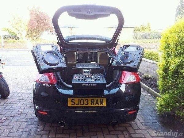 V čem jezdí DJové?